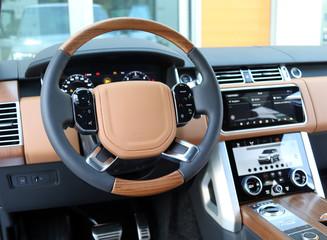 Lenkrad im Luxus SUV