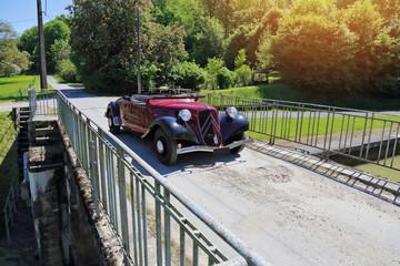 voiture ancêtre traction cabriolet 1939 en rallye campagne