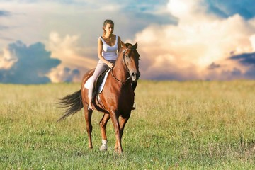 La ragazza a cavallo sui monti