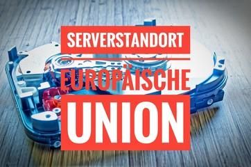 Festplatte 3,5 Zoll als Datenspeicher mit Hauptplatine auf einem Bambustisch mit in deutsch Serverstandort Europäische Union in englisch server location european union