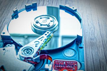 Festplatte 3,5 Zoll als Datenspeicher mit Hauptplatine auf einem Bambustisch