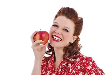 femme pin-up rousse mangeant une pomme