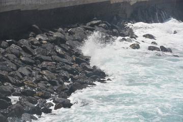 olas rompiendo contra las rocas