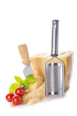 Queso parmesano o parmigiano reggiano con tomates cherry y albahaca para la comida aislado sobre un fondo blanco