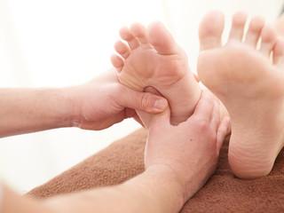 足裏の指圧を受ける女性の足