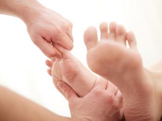 足の指の指圧を受ける女性の足