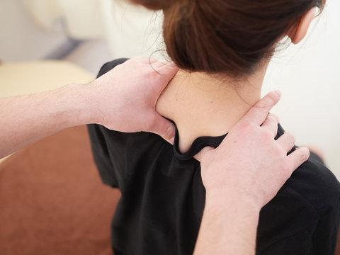 肩こり・頭痛解消の指圧の施術を受ける女性