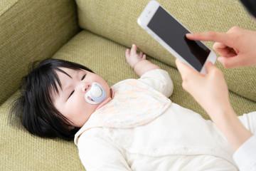 赤ちゃんとお母さん、写真、撮影、カメラ、sns、投稿、記録