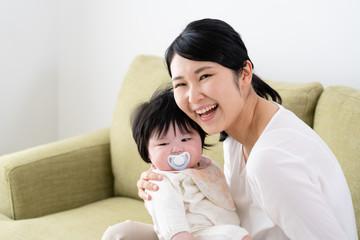 赤ちゃんとお母さん、笑顔、あやす