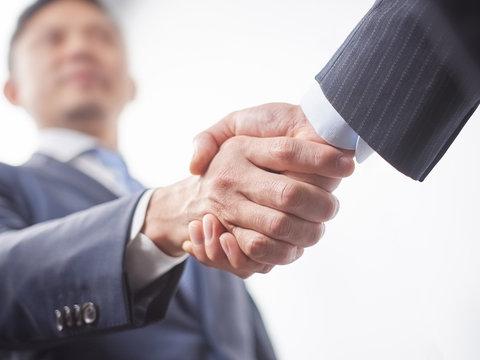 握手をする男性ビジネスマン