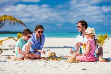 Fototapete - Family on a tropical beach vacation