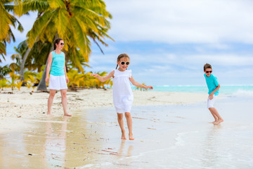 Fototapete - Mother and kids on a tropical beach