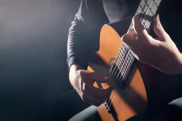In de dag Muziek Acoustic guitar player. Classical guitarist hands