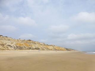 Playa Cuesta Maneli en Huelva, zona costera con playa de arena fina blanca que forma parte del Parque de Doñana