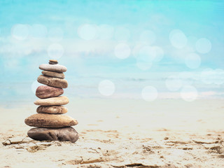 Poster de jardin Zen pierres a sable Pebble pyramid on summer beach
