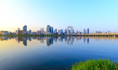 日本 大阪の街並み 朝日