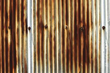 赤く錆びたトタン壁