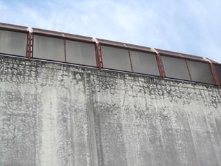 古い壁と個性的な窓