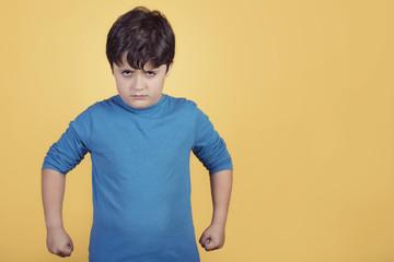 niño enfadado sobre fondo amarillo