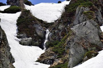 雪解け水が滝になって流れる千畳敷カール