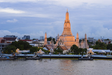 Poster Bangkok Arun temple river front with sunset sky background