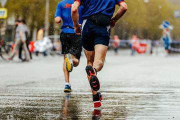 Fotomurales - back two runners running under rain drops city marathon
