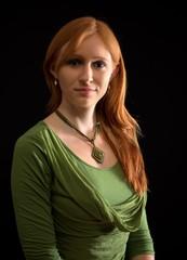 Junge Frau mit grünem Shirt