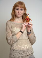 Frau mit Moorhuhn aus Stoff