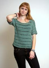 Rotblonde Frau im türkisen Pullover