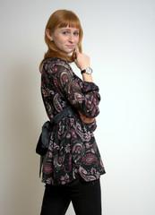 Junge Frau posiert in schwarzer Kleidung