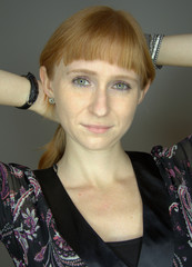 Rotblonde junge Frau mit grünen Augen