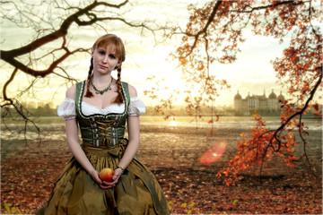 Junge Frau mit Zöpfen im Herbstlicht