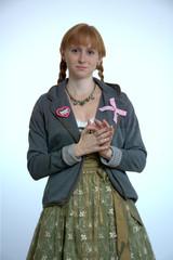 Junge Frau, rotblond in Tracht mit Zöpfen