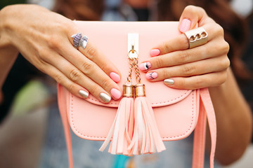 Poster de jardin Manicure Beautiful women's hands with trendy manicure holding lovely peach crossbag.