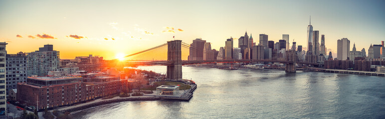 Fototapete - Panoramic view of Brooklyn bridge and Manhattan at sunset, New York City