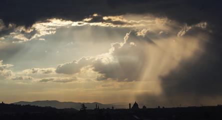 Italia, Toscana, Firenze,la città al tramonto durante un temporale.