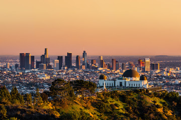 Photo sur Aluminium Batiment Urbain Los Angeles skyscrapers and Griffith Observatory at sunset