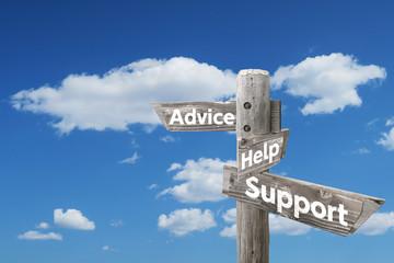 アドバイス・ヘルプ・サポートを示す木製道しるべと青空