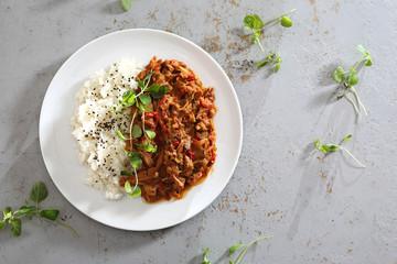 Gulasz z warzywami podany z ryżem.