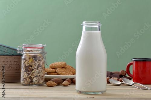 latte in bicchiere e bottiglia di vetro su tavolo di cucina ...