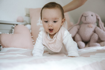 Baby im Bett