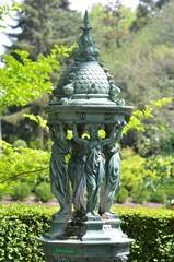 Spoed Fotobehang Fontaine Célèbre fontaine Wallace offerte à la population française en 1872