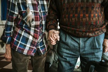 Altes Ehepaar hält Händchen