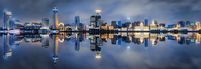 Blick auf die beleuchtete Skyline des Bund in Shanghai, China, am Abend