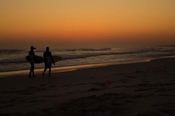 Surfistas indo embora da Praia Grande, Arraial do Cabo