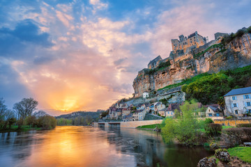 Photo sur Plexiglas Cappuccino Beynac-et-Cazenac village with medieval Chateau Beynac on dramatic sunset, Dordogne, France