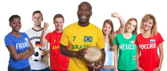Fussball Fan aus Brasilien mit Samba Trommel und anderen Fans