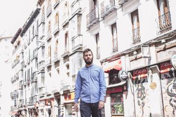 hombre cruzando calle