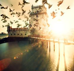 Foto auf Leinwand Befestigung Torre de Belem al atardecer. Paisaje de ensueño y pintoresco de Lisboa. Ciudades de Portugal. Arquitectura y sitios de interés
