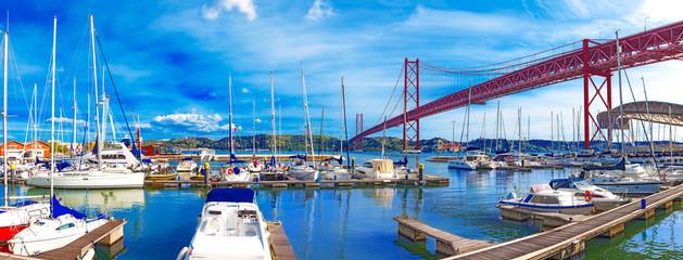Portugal.Puente del 25 de Abril en Lisboa y puerto. Paisaje urbano de Lisboa Fotomurales